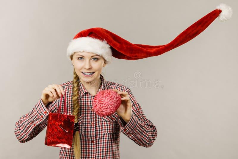 P?se och hj?rna f?r shopping f?r julkvinna h?llande arkivfoton