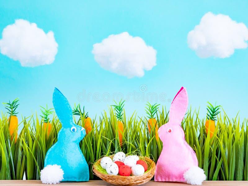 P?skbakgrund med ?gg, kaniner och gr?nt gr?s royaltyfria foton