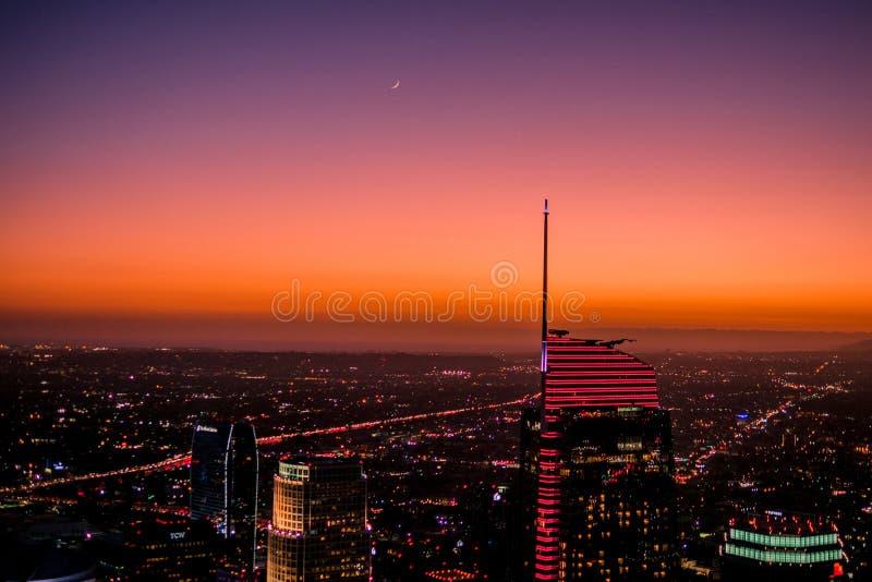 P? skymning har den h?gsta punkten i Los Angeles en h?rlig solnedg?ng med stj?rnor och m?nen royaltyfri bild