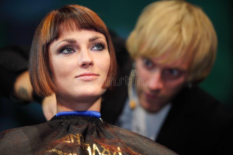 P.Sobolev effectue la coupe à l'exposition de cheveu photo libre de droits