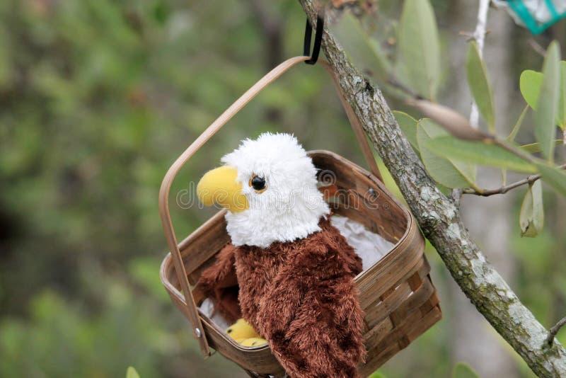 P?ssaro do brinquedo em uma cesta no santu?rio imagem de stock royalty free