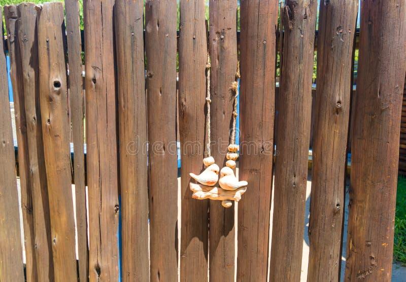 P?ssaros decorativos da cerca de madeira em um parque tropical Mo?ambique ?frica foto de stock