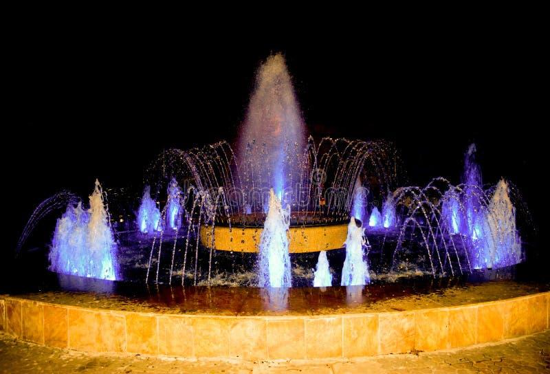P? stadens springbrunnar kan du vila och koppla av, medan se de nya formerna av vattenstr?mmen F?rgrik springbrunn f?r multimedia royaltyfria foton