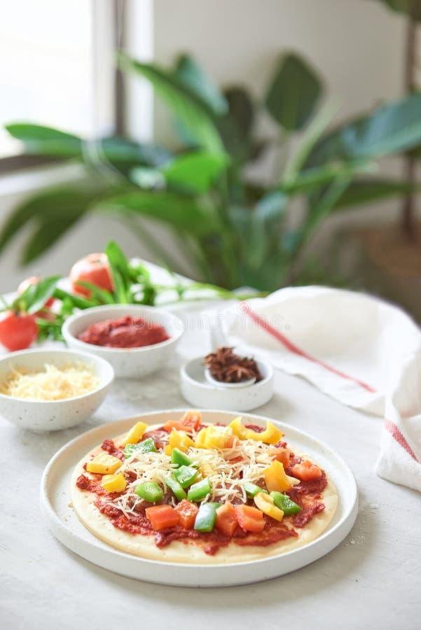 P?te crue pour la pr?paration de pizza avec l'ingr?dient : sauce tomate, mozzarella image libre de droits