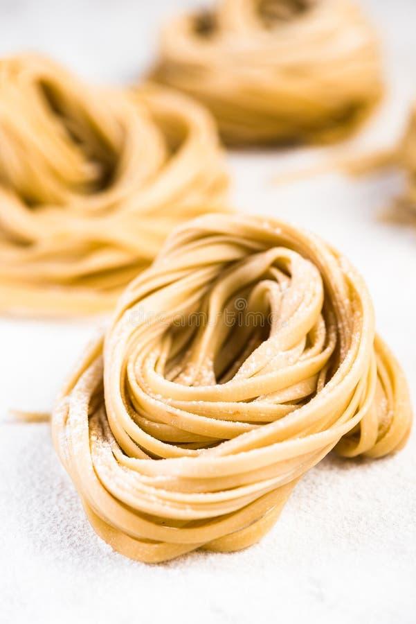 P?tes crues de spaghetti italiens sur la table de marbre blanche photo libre de droits