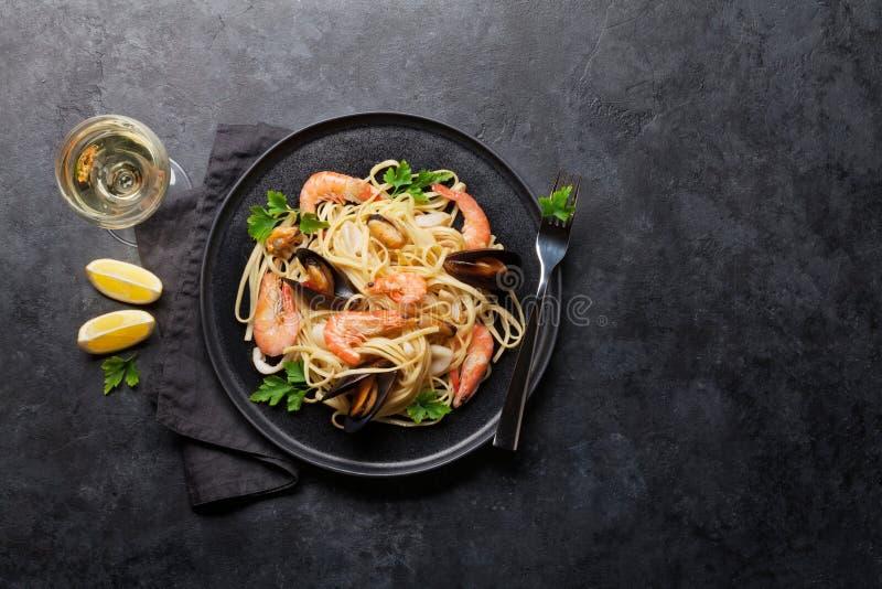 P?tes de fruits de mer de spaghetti avec des palourdes et des crevettes roses photos libres de droits