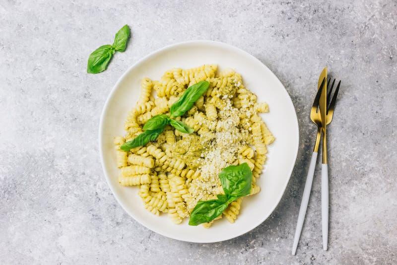 P?tes de Fusilli avec le basilic, la sauce ? pesto et le parmesan photo stock