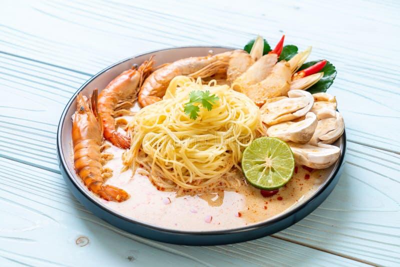 p?tes ?pic?es de spaghetti de crevettes (Tom Yum Goong photos libres de droits