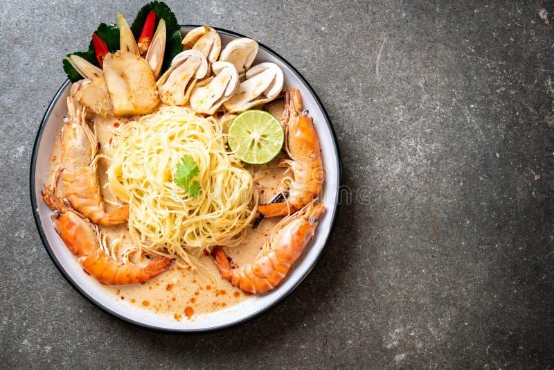 p?tes ?pic?es de spaghetti de crevettes (Tom Yum Goong images stock