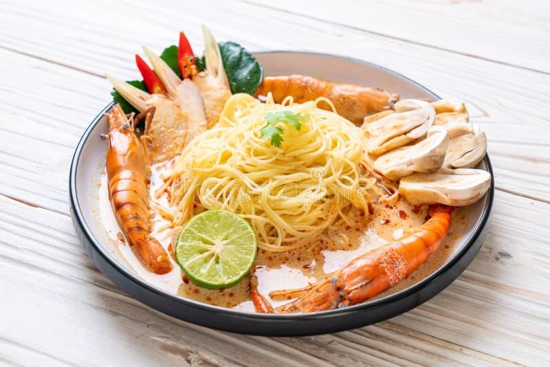 p?tes ?pic?es de spaghetti de crevettes (Tom Yum Goong photographie stock libre de droits