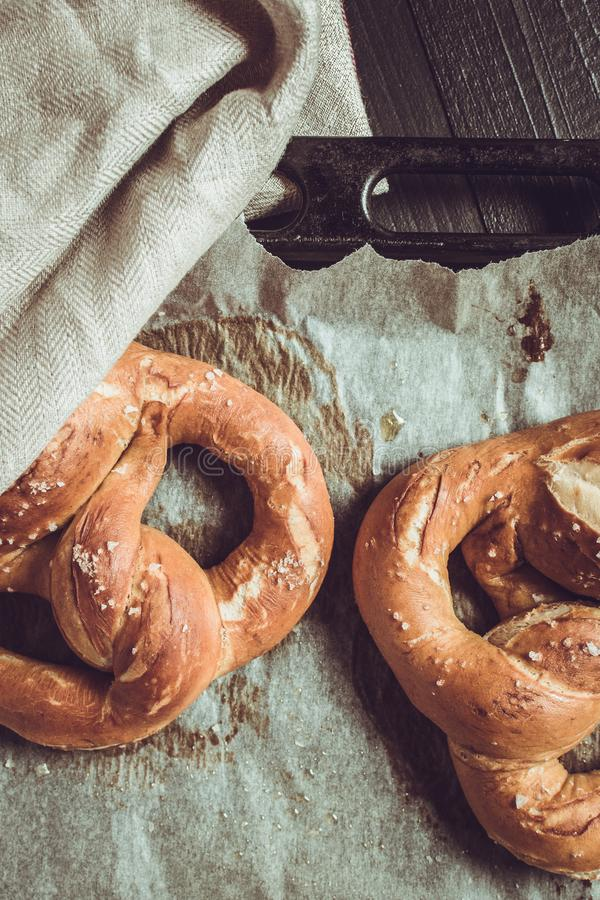 P?tisseries fra?ches de boulangerie Bretzels du four sur la plaque de cuisson photographie stock