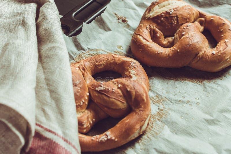 P?tisseries fra?ches de boulangerie Bretzels du four sur la plaque de cuisson photos libres de droits