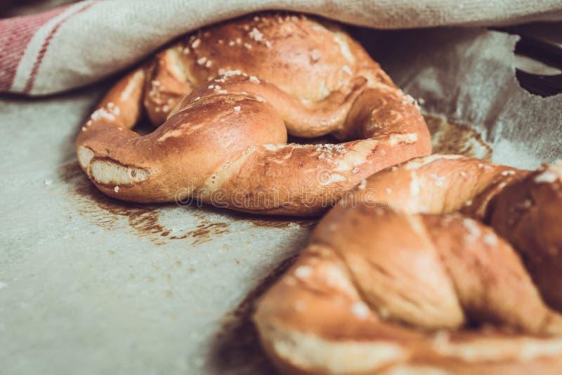 P?tisseries fra?ches de boulangerie Bretzels du four sur la plaque de cuisson photographie stock libre de droits