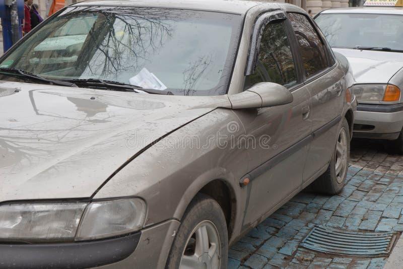 P.-V. invariable placé sous l'essuie-glace d'une voiture image stock