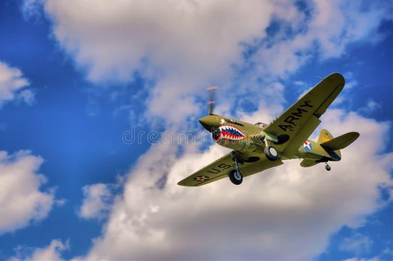 P40 Warhawk die binnen voor het landen komen stock afbeelding