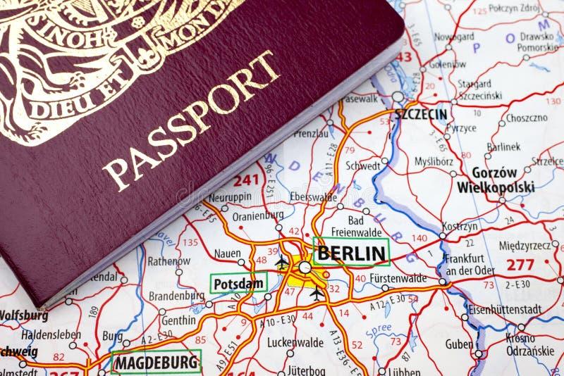 Paß und Berlin-Karte stockbild