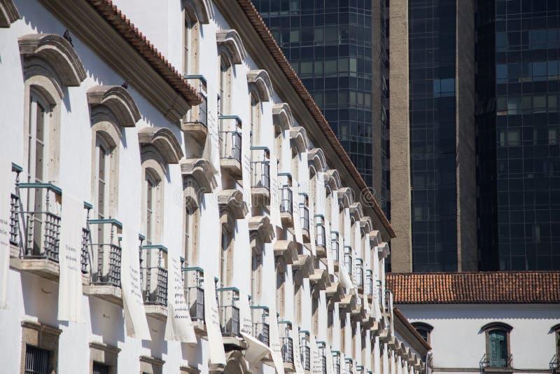 Paço imperial, Rio de Janeiro: el contraste entre los edificios coloniales y modernos de la arquitectura fotos de archivo