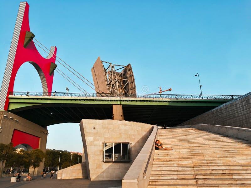 País Basque - 11 de setembro - 2018: Pares que descansam nas escadas da ponte do zubia da pomada do la em Bilbo fotos de stock royalty free