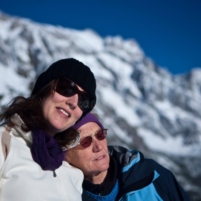 País das maravilhas do inverno com sénior e filha foto de stock royalty free