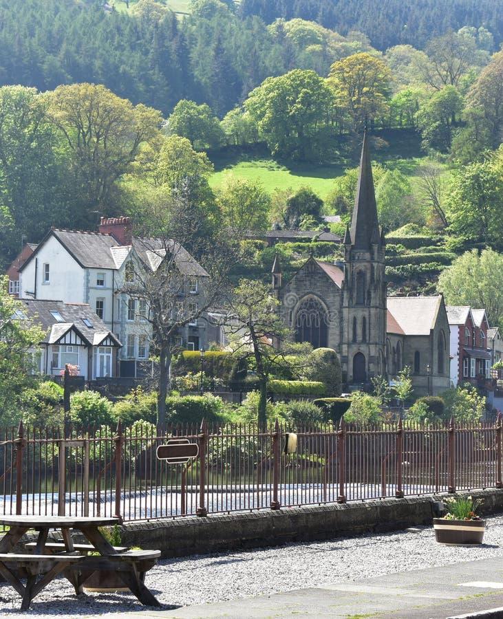 País de Gales del norte, Llangollen Un día de primavera de la ensenada R?o Dee Laderas enselvadas foto de archivo