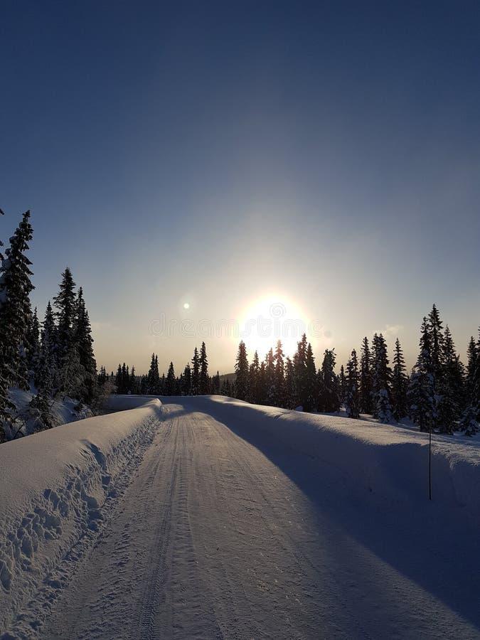 País de las maravillas del invierno una salida del sol hermosa en el camino imagen de archivo