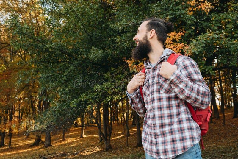 País que camina el bosque turístico masculino feliz del viaje fotografía de archivo