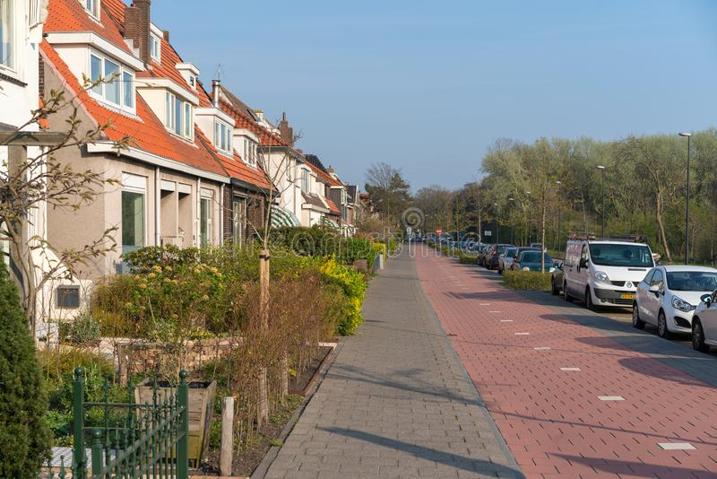 Países Baixos, Holanda norte, Beverwijk, o 8 de abril de 2019: Rua bonita com casas privadas fotos de stock royalty free