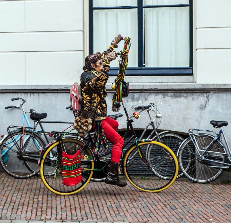 PAÍSES BAJOS - UTRECHT - 25 DE OCTUBRE DE 2015: Paseo holandés moderno del hippie en bicicleta encendido en el centro de la ciuda fotos de archivo