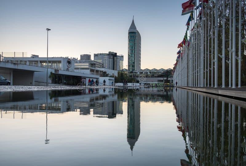 Países das bandeiras do mundo refletidas na água Dos Olivais de Rossio - parque das nações, Lisboa do quadrado de Olive Grove, Po imagens de stock royalty free
