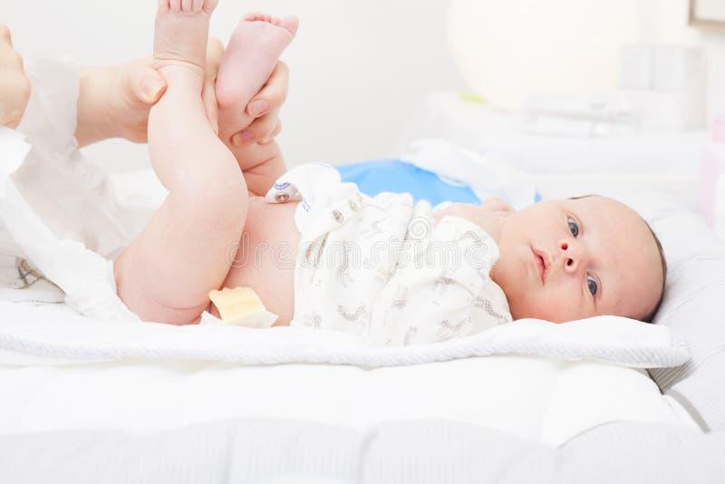 Pañal cambiante de un recién nacido imagenes de archivo