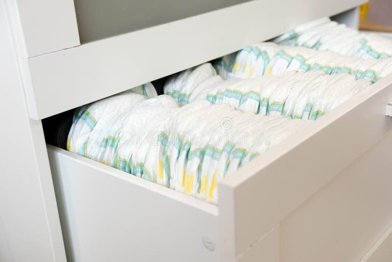 pañales Aislado Cuidado del bebé Tiro del estudio Pilas de pañales para los niños aislados en el fondo blanco Pila de bebé fotos de archivo libres de regalías