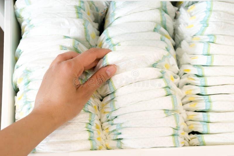 pañales Aislado Cuidado del bebé Tiro del estudio Pilas de pañales para los niños aislados en el fondo blanco Pila de bebé foto de archivo
