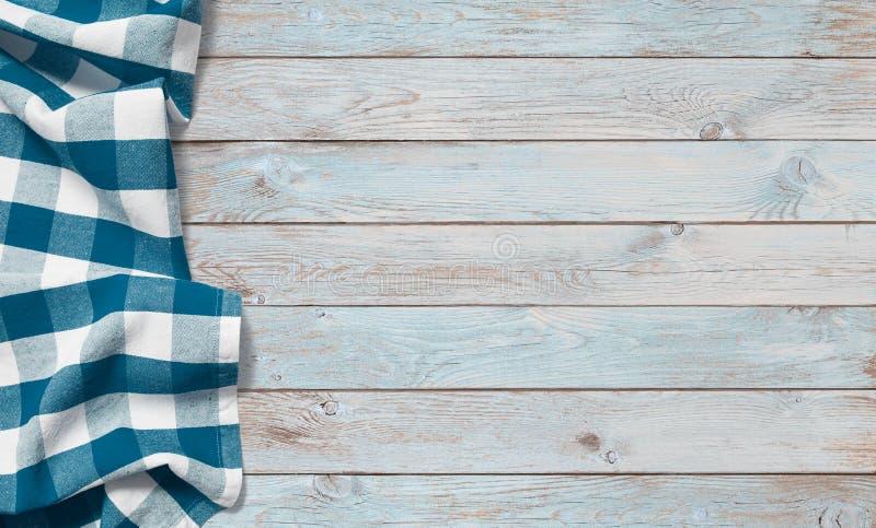 Paño azul de la comida campestre en la tabla de madera imagenes de archivo