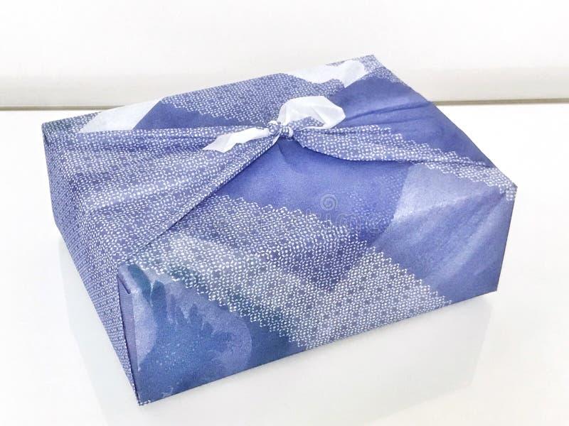 Paño de Furoshiki que envuelve la caja de regalo imagen de archivo