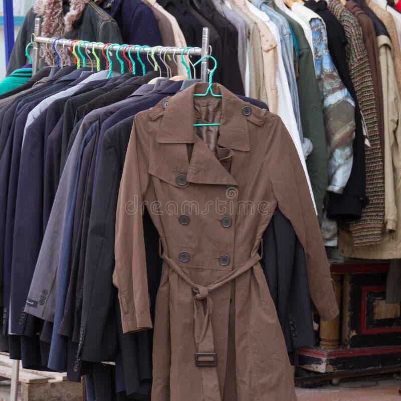 Paño de la moda del invierno en el estante en mercado foto de archivo libre de regalías