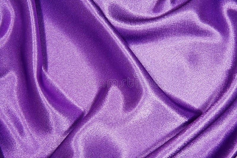 Paño de seda púrpura con los dobleces foto de archivo