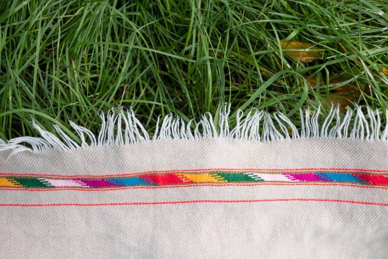 Paño o manta de lana de la comida campestre en la opinión superior de la hierba imágenes de archivo libres de regalías