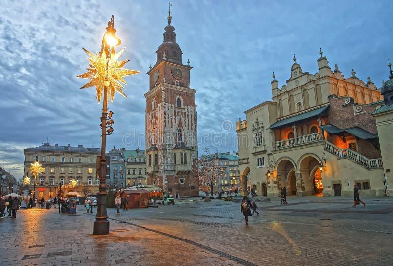 Paño Pasillo y ciudad Hall Tower en la plaza del mercado principal del fotos de archivo libres de regalías