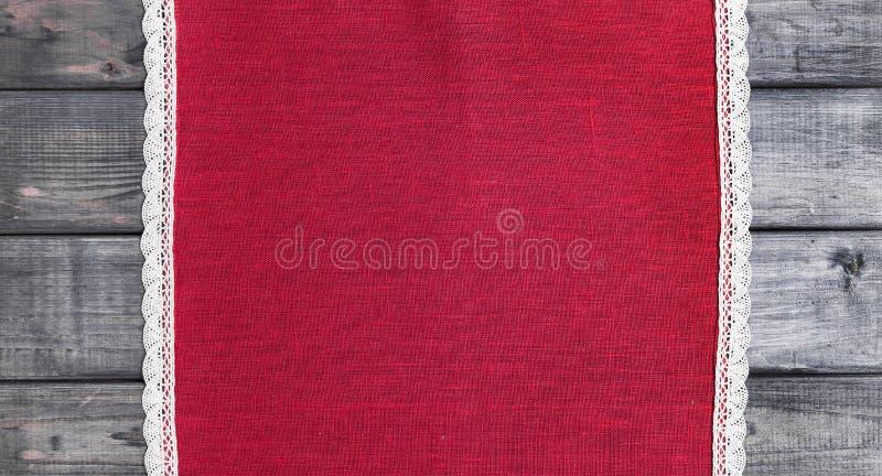 paño rojo con el cordón hecho a mano tejido lino blanco fotos de archivo libres de regalías