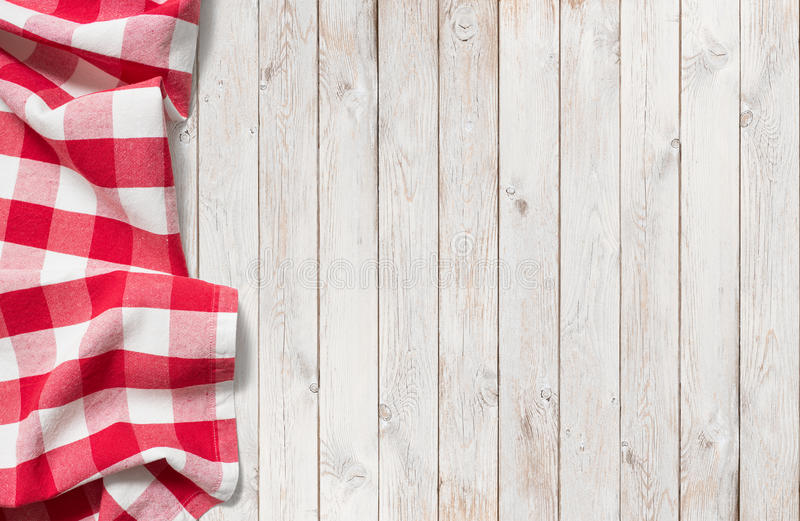 Paño rojo de la comida campestre en la tabla de madera blanca fotografía de archivo