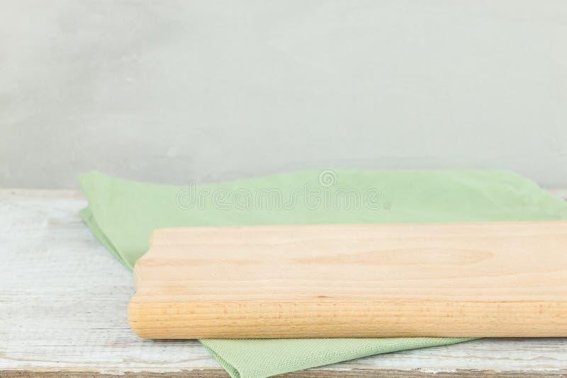 Paño y tabla de cortar de la servilleta en la tabla de madera gris imagen de archivo libre de regalías