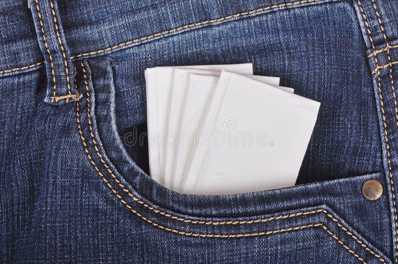 Pañuelo de papel en el bolsillo de los vaqueros imagen de archivo