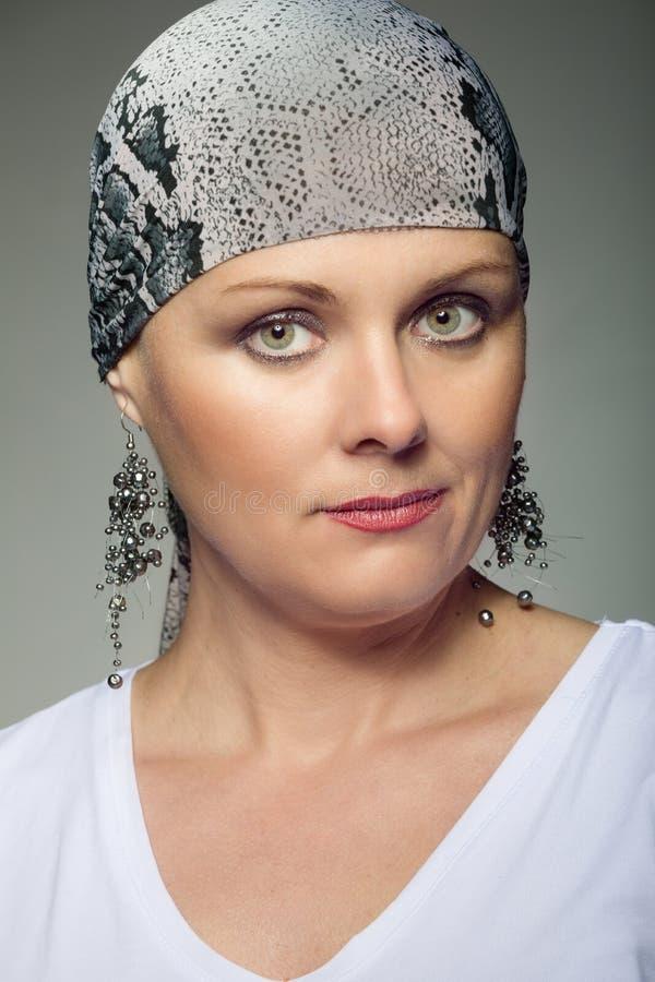 Pañuelo que lleva de la Edad Media del enfermo de cáncer hermoso de la mujer fotos de archivo libres de regalías