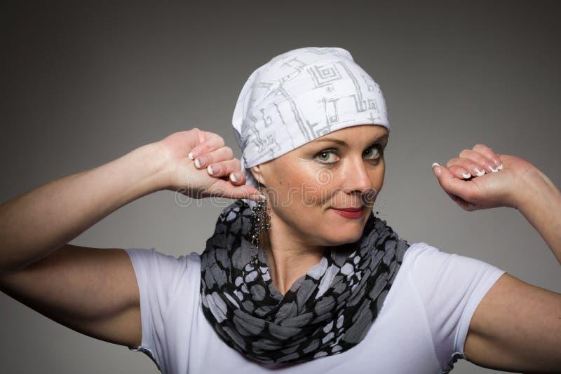 Pañuelo que lleva del enfermo de cáncer hermoso de la mujer fotografía de archivo libre de regalías