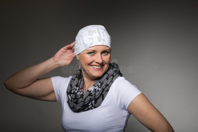 Pañuelo que lleva del enfermo de cáncer hermoso de la mujer foto de archivo