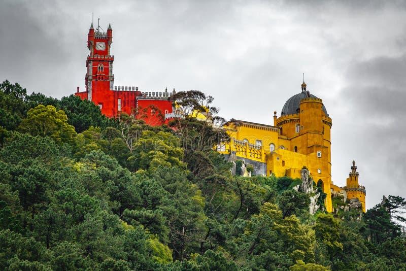 Pałac da Pena nad wzgórze tylni widokiem Sintra, Lisbon Portugalia obraz stock