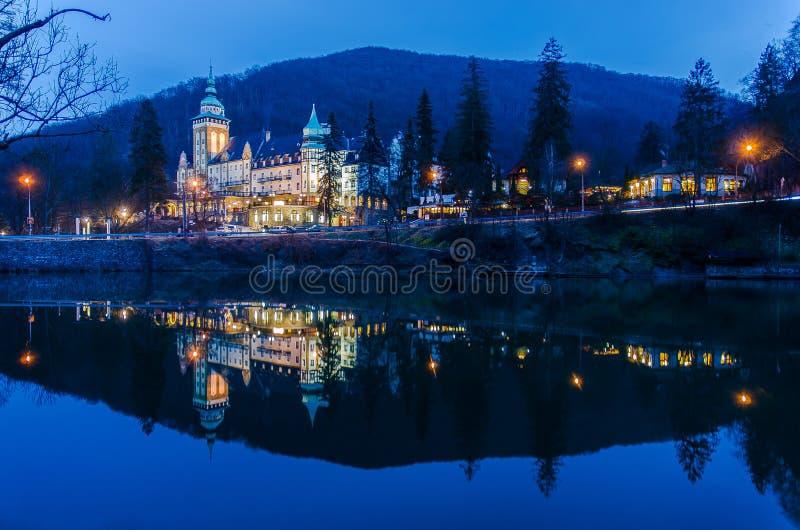 Pałac hotel przy nocą fotografia royalty free