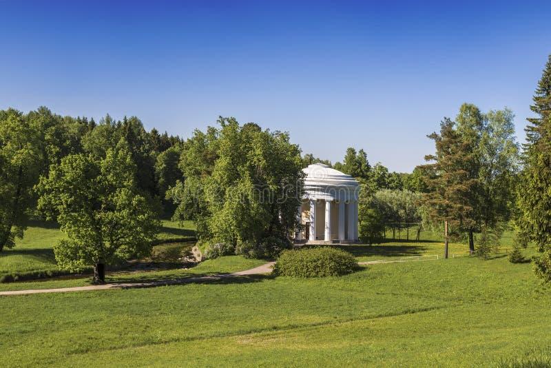 Pałac i parka zespół Pavlovsk pałac, park z świątynią przyjaźń Pavlovsk, St Petersburg, zdjęcie royalty free