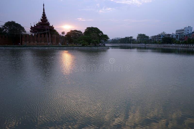 Pałac królewski i wschód słońca obrazy royalty free