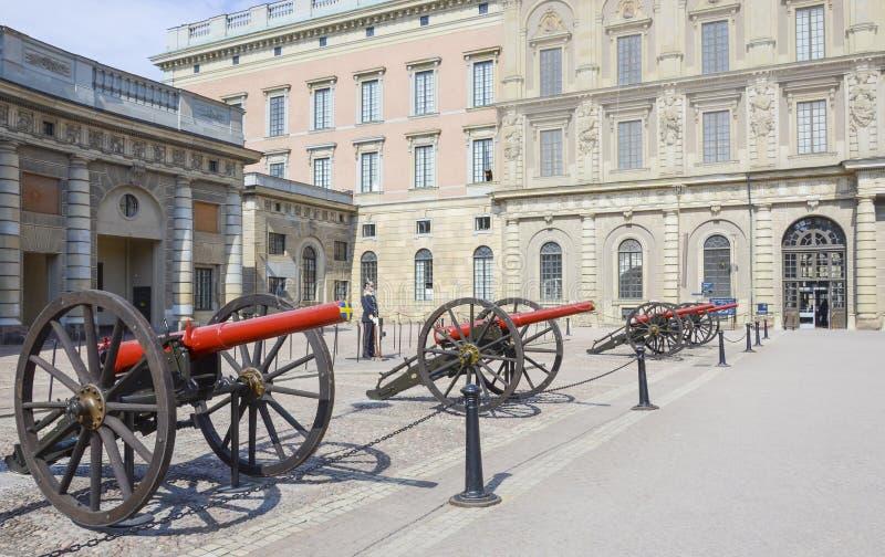 Pałac królewski z strażnikiem Sztokholm i działami zdjęcie stock